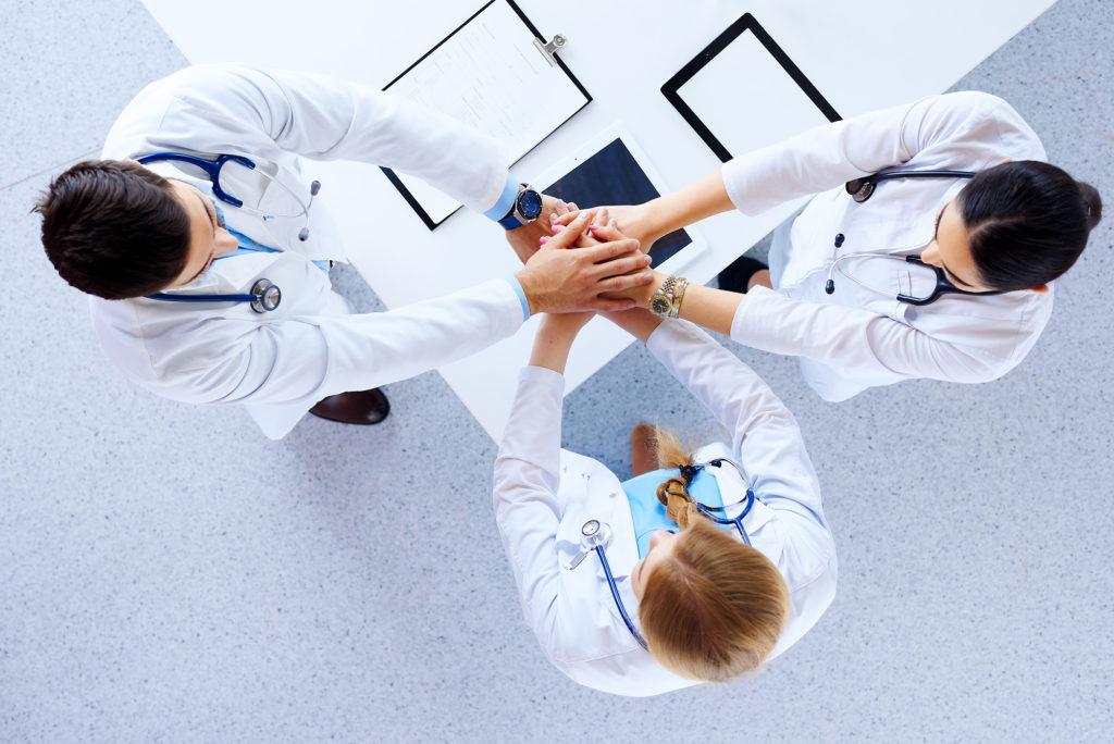 image de médecins qui font équipe